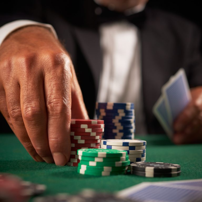Doing mucking in poker during showdown: Good or bad?
